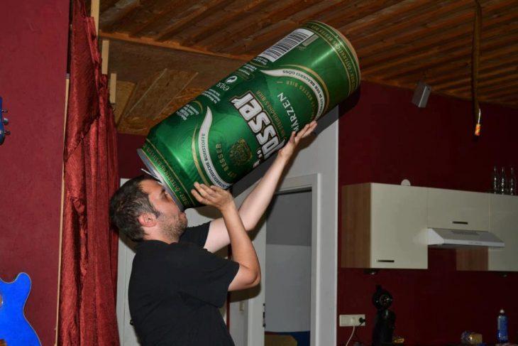 Bebiendo una enorme cerveza
