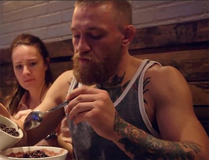Conor McGregor comiendo