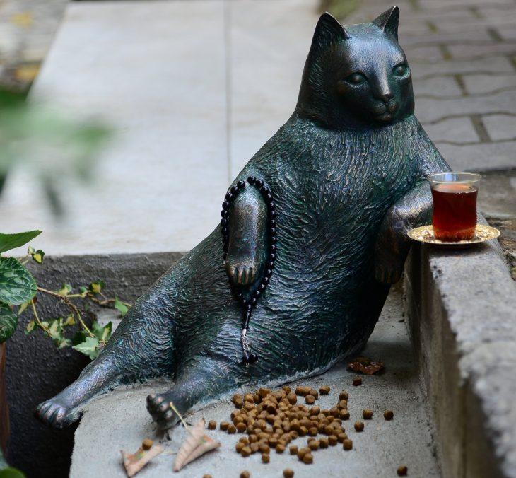 Estatua de gato Tombili
