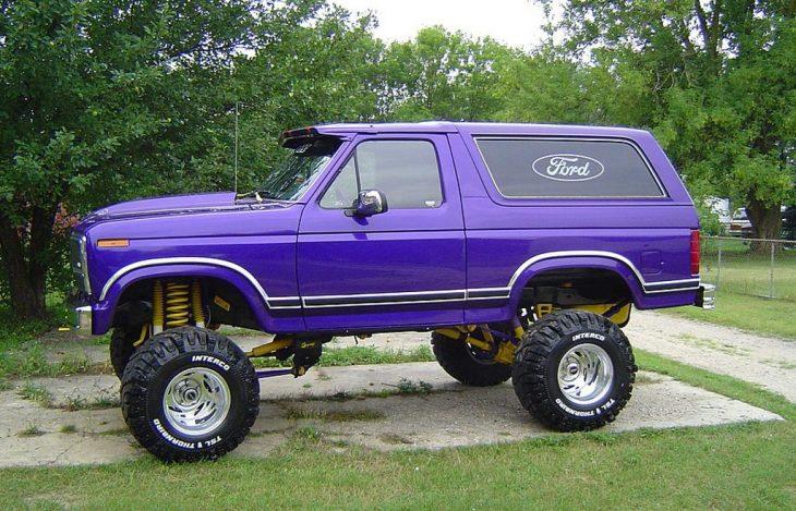 Ford Bronco morada y alta