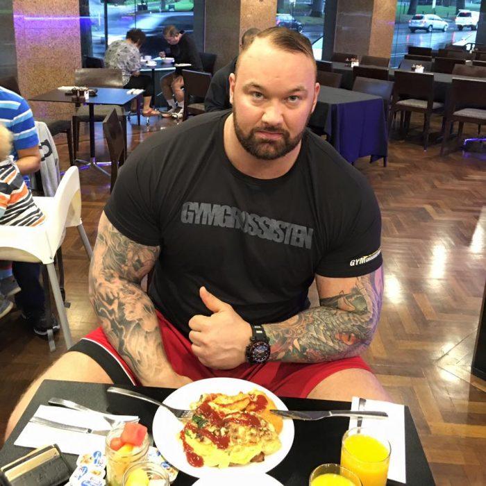 """""""La Montaña"""" comiendo en restorán"""