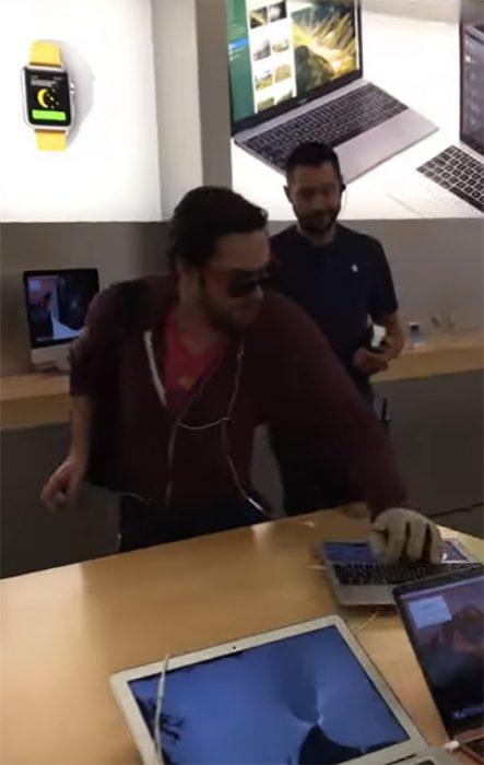 Hombre destruye teléfonos en tienda Apple