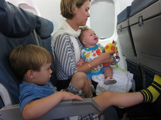 Madre con dos niños en avión