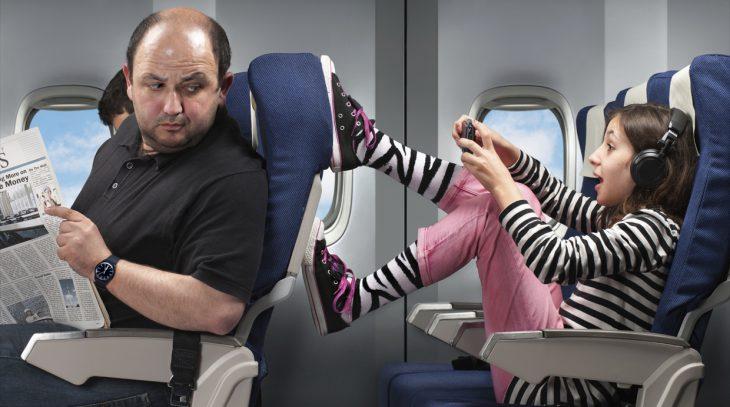 Niñas molestando en el avión