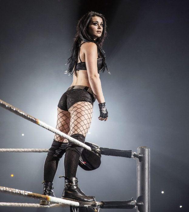 Paige encima de las cuerdas