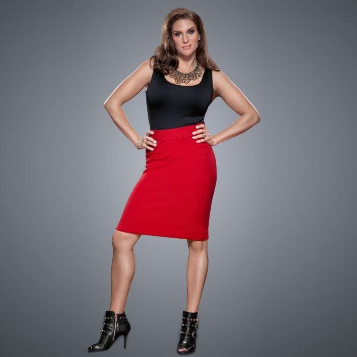 Stephanie MacMahon en falda roja