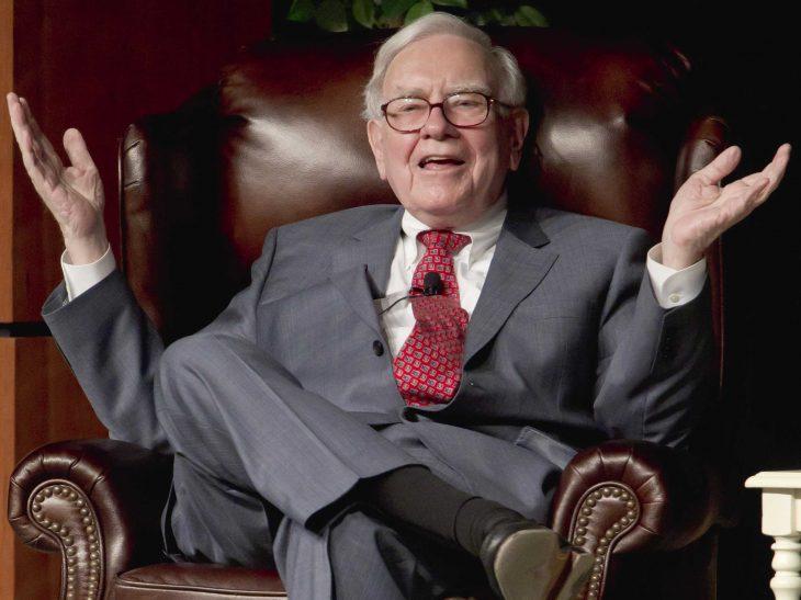 Warren Buffet sonriendo en su silla