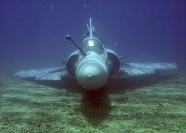 Avión sumergido en el mar