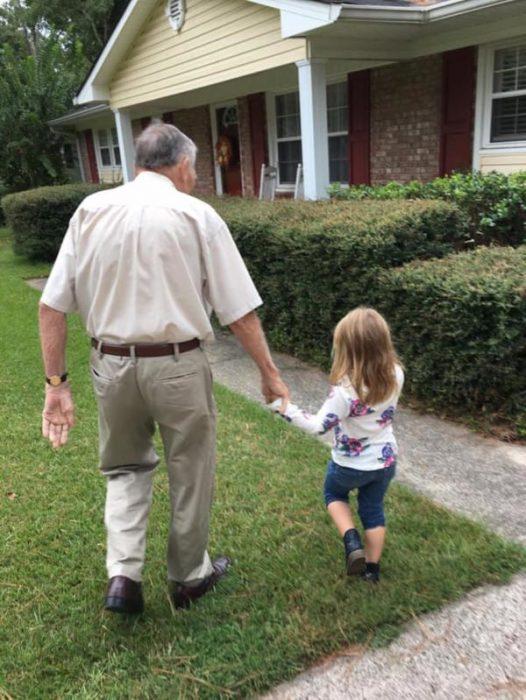 dan y niña caminan