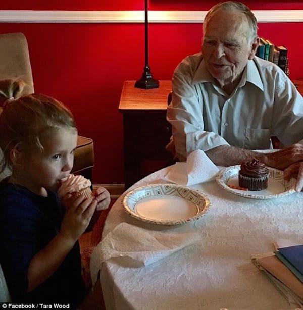 niña y anciano comiendo