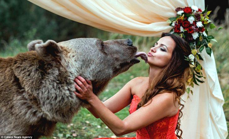 oso besa joven