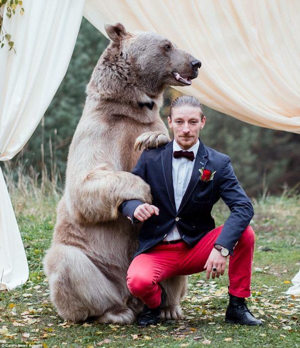 oso y hombre