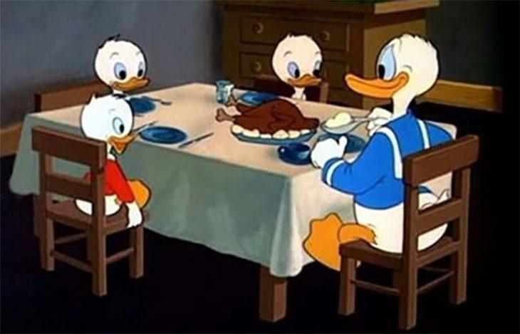 Pato Donald y sobrinos cenando
