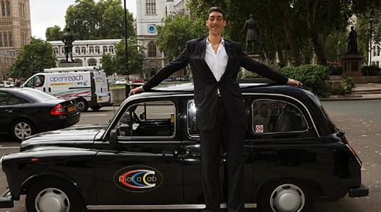 Hombre muy alto en un taxi