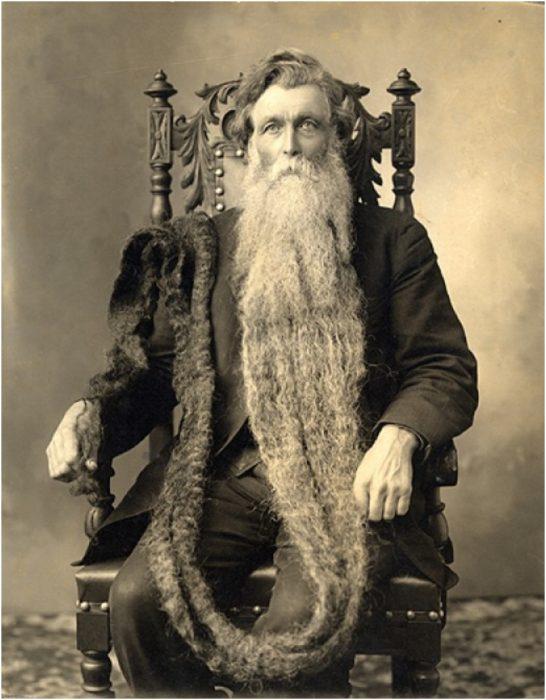 Hombre con barba muy larga