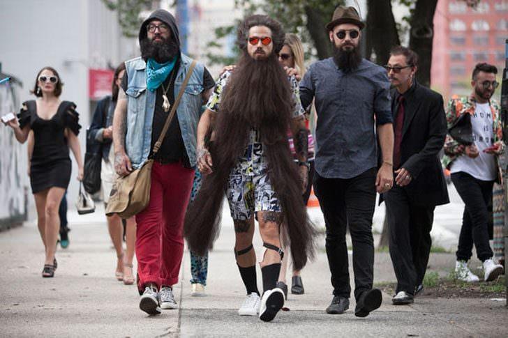 Hombres de barba larga caminan