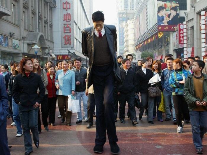 Hombre muy alto caminando en la calle
