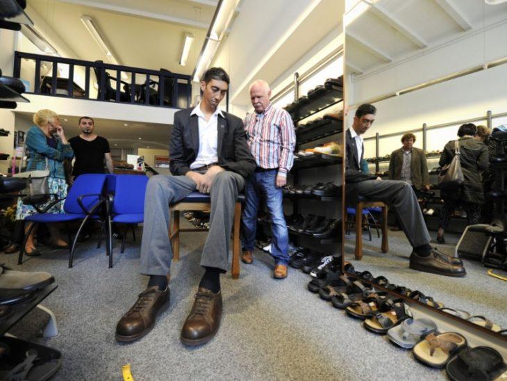 Hombre más alto del mundo compra zapatos