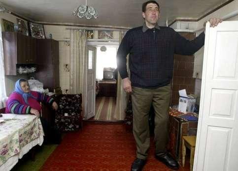 Hombre muy alto no cabe por la puerta
