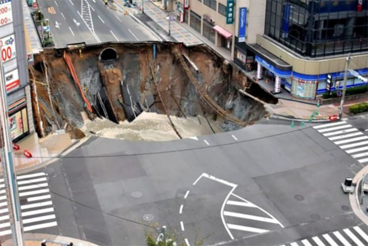 Agujero en Japón se traga una calle