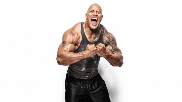 La Roca muestra sus músculos