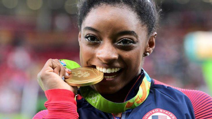 Atleta muerde medalla olímpica