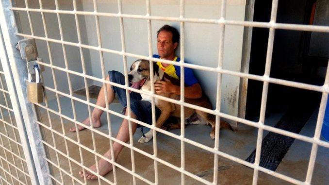 Rémi Gaillard se encierra en jaula para perros