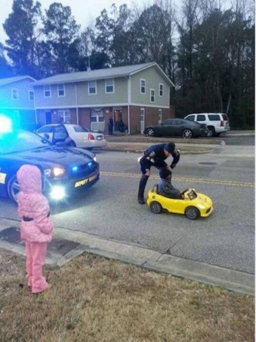 policia y niña