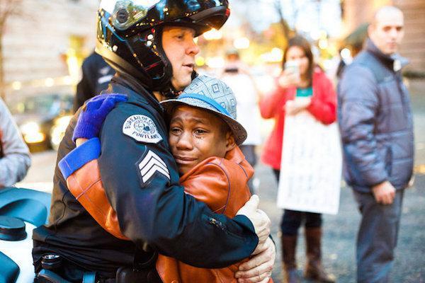 policia consolando