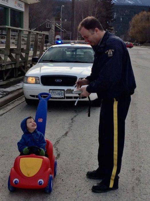 niño y policia