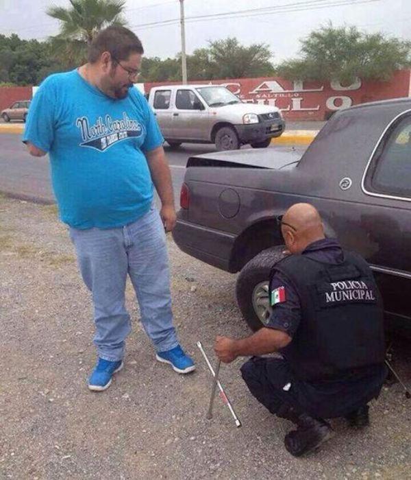 policia cambia llanta