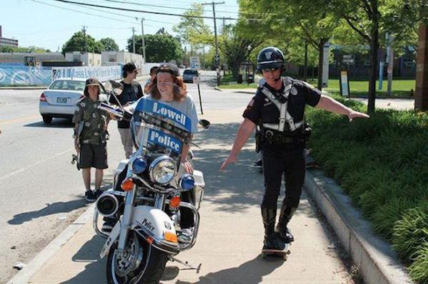 policia patineta