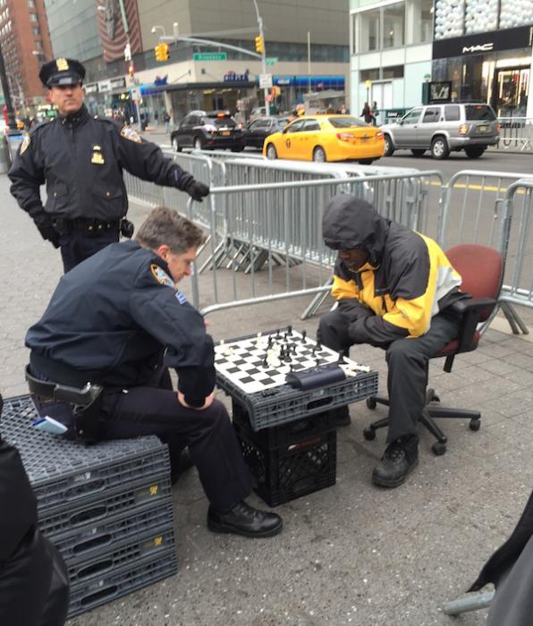 policia ajedrez