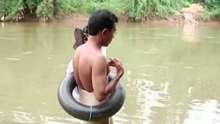 Abdul Malik a punto de cruzar el rio