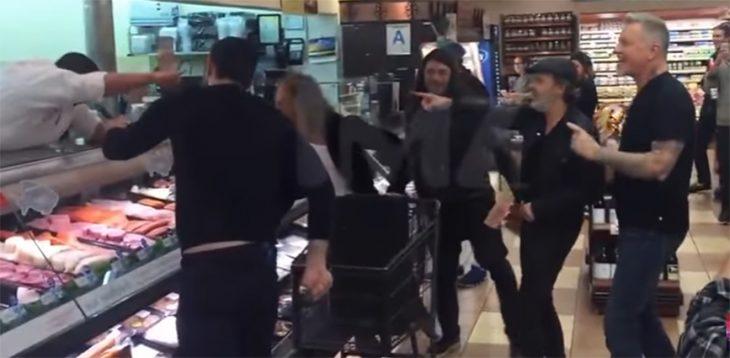 Metallica cantando en un supermercado