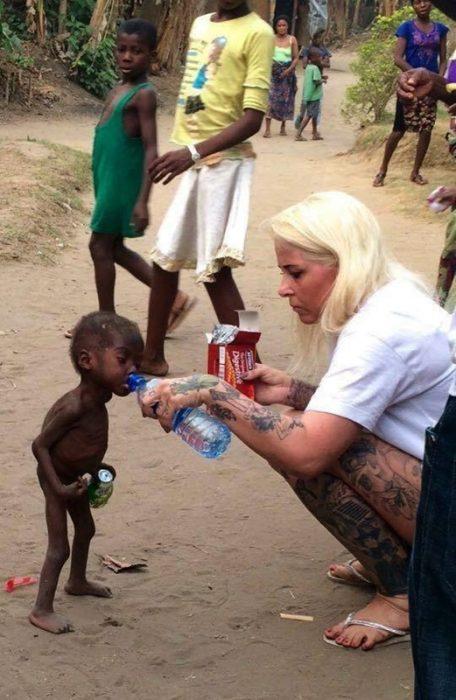Mujer danesa ayuda a niño nigeriano