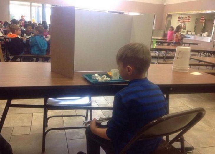 Niño aislado en la escuela