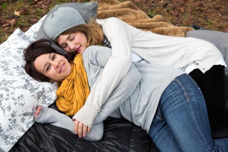 Mujeres duermen abrazadas