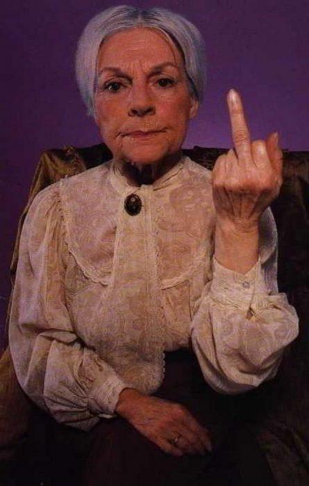 Abuela muestra el dedo