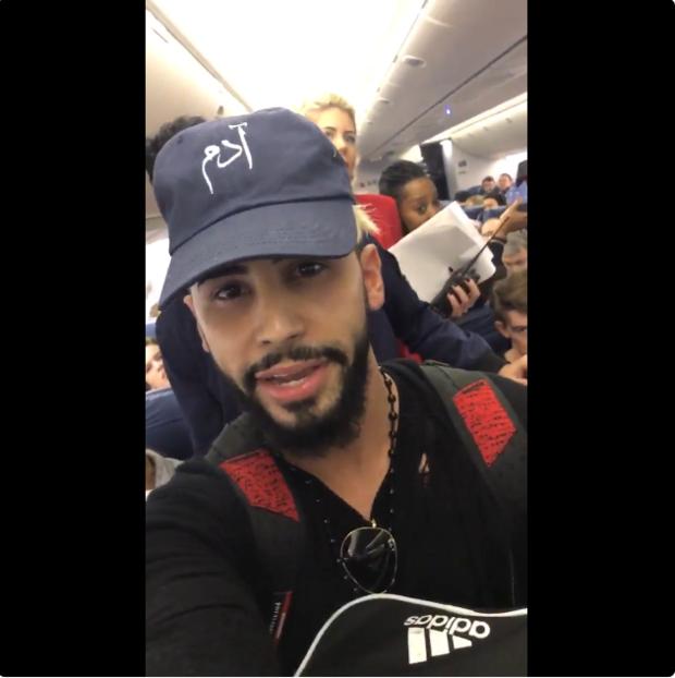 Adam Saleh es bajado de un avión