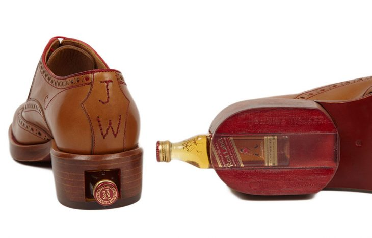 Botella de Johnny Walker en el zapato