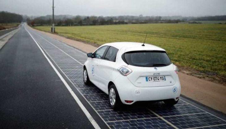 Automóvil en carretera solar
