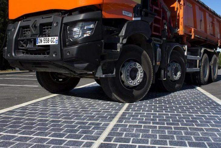 Camión sobre carretera solar