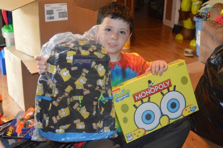 Niño con regalos de cumpelaños