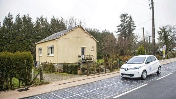 Carro circula por carretera solar