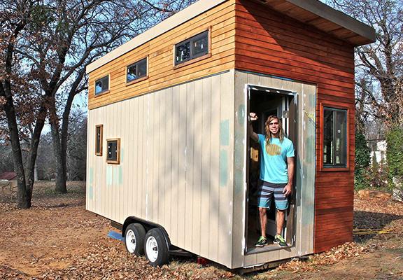 Estudiante en mini casa remolque