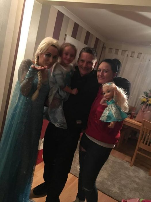 Elsa de Frozen con familia