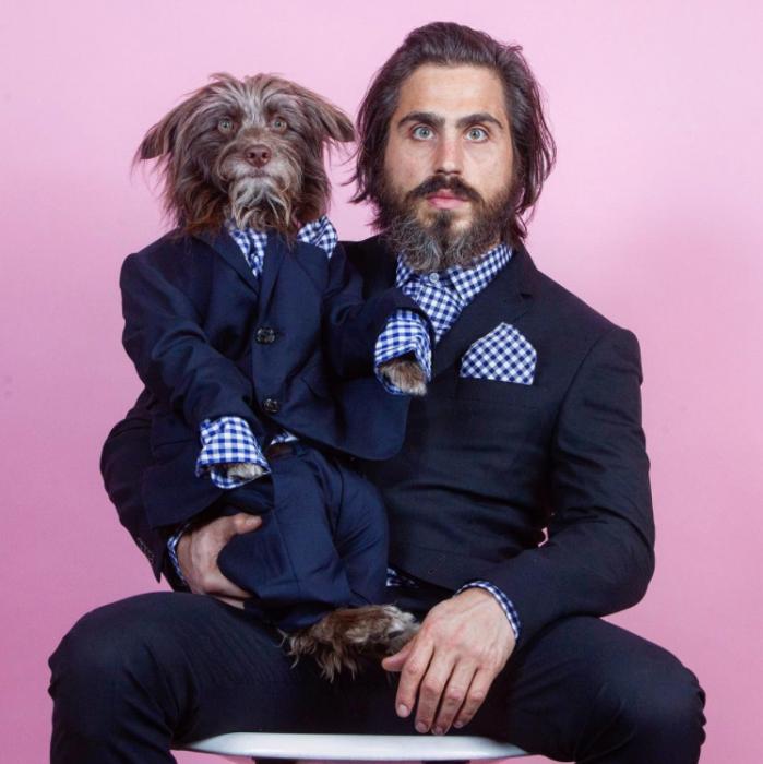 perro y dueño de trajes