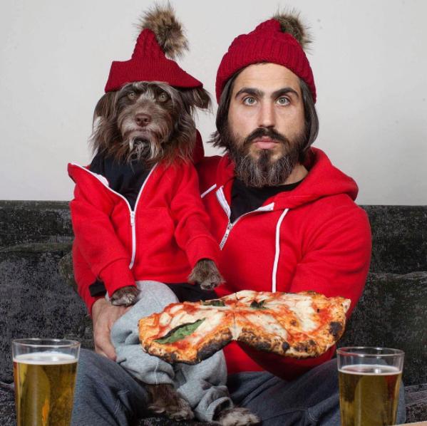 perro y dueño con sudadera y gorro