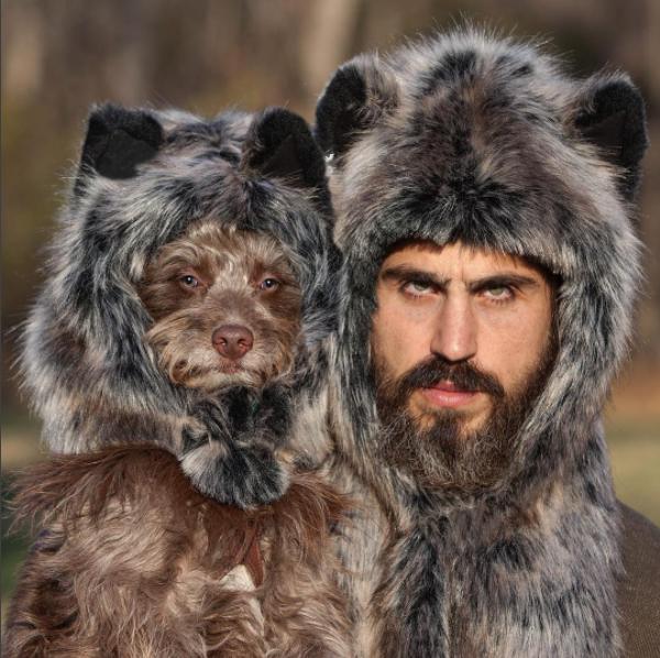 perro y dueño disfrazadaso